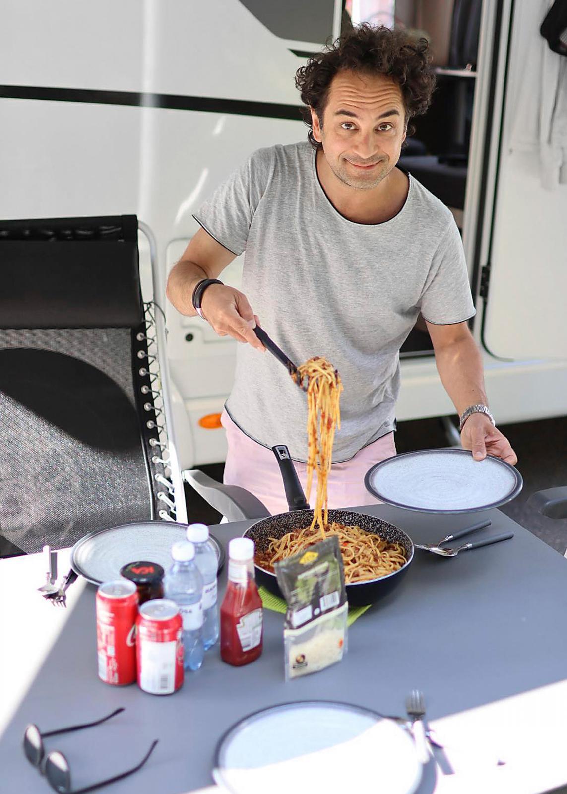 Markus hade förberett köttfärssås så han behövde bara koka pasta. Husbilens kök var fullt tillräckligt för att laga god mat.