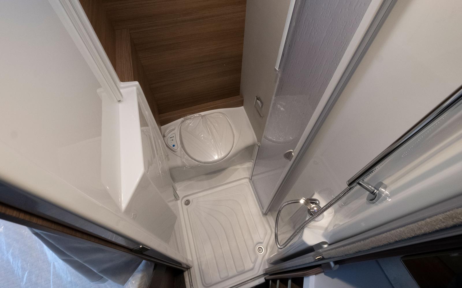 Lagom rymlig duschkabin med stänktåliga väggar och vikdörrar.