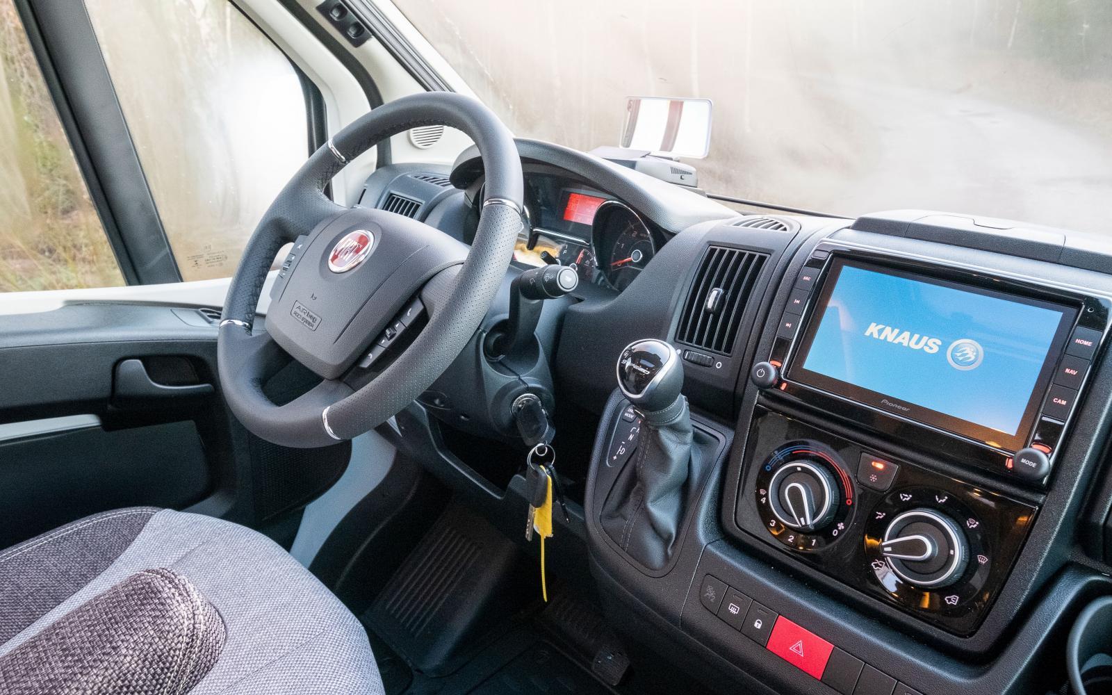 Fiat Ducato med 9-stegad automat och en rejäl pekskärm på stereon som även är navigator och backkamera.