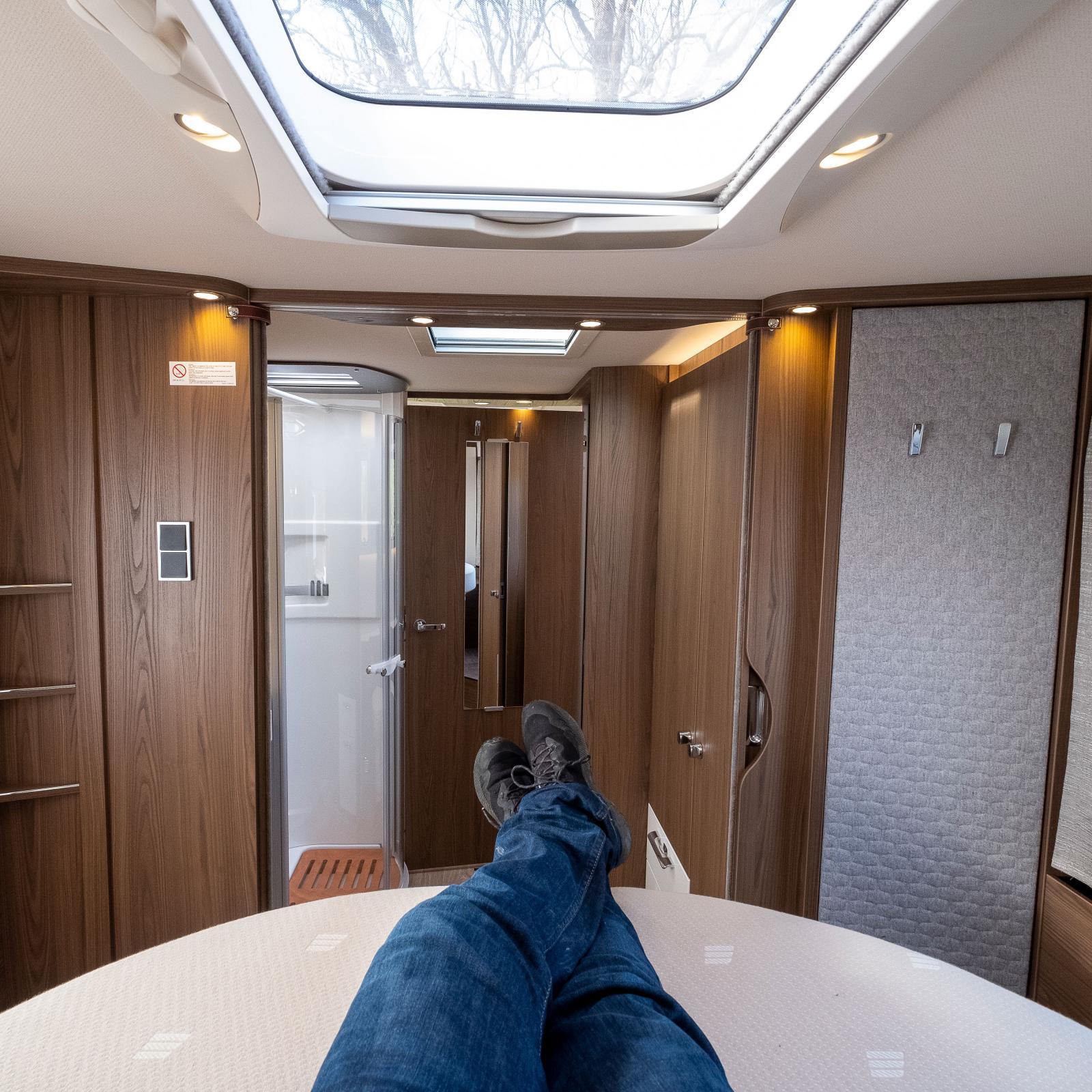 Härlig plats för sömn och vila i den 156 cm breda dubbelsängen.