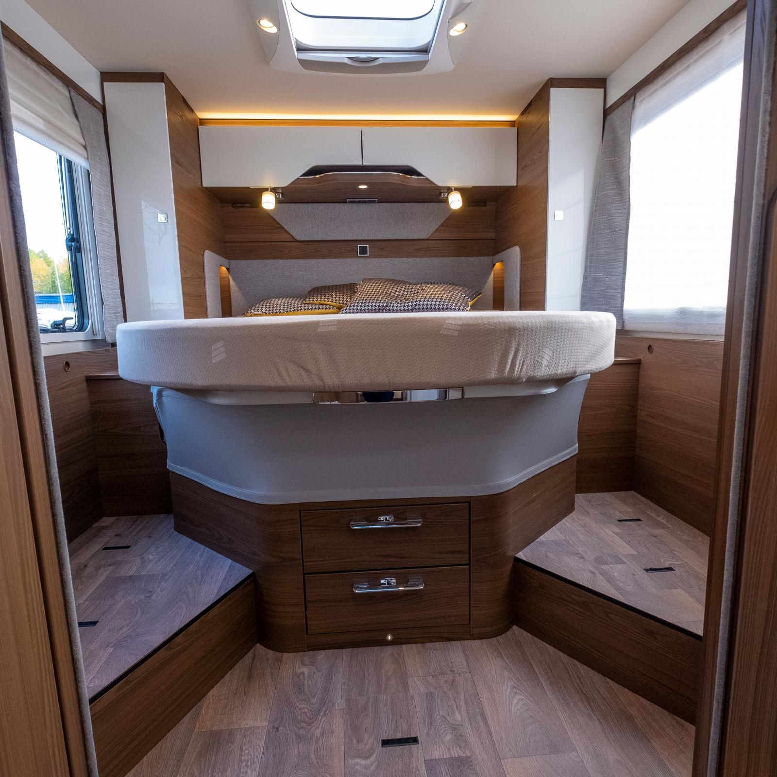 Sängen kan höjas ett par decimeter när höjd i garaget behövs.