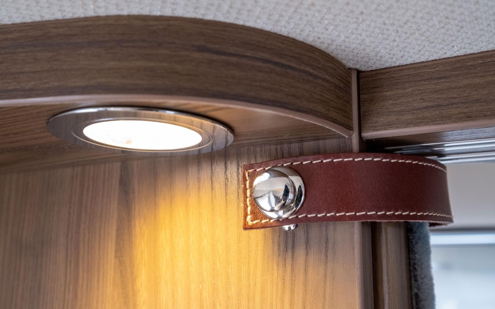 Skjutdörr till sovrum som säkras i öppet läge med rem i läder och knapp i krom.