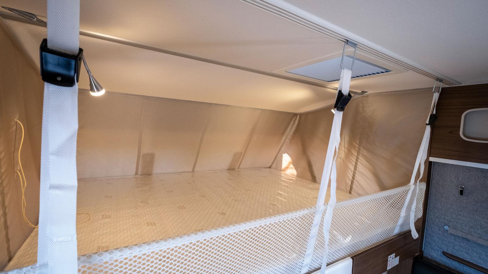 Den nedsänkbara gästsängen ovanför förarhytten kan extrautrustas med två utdragbara delar som ger långbäddsmöjlighet.