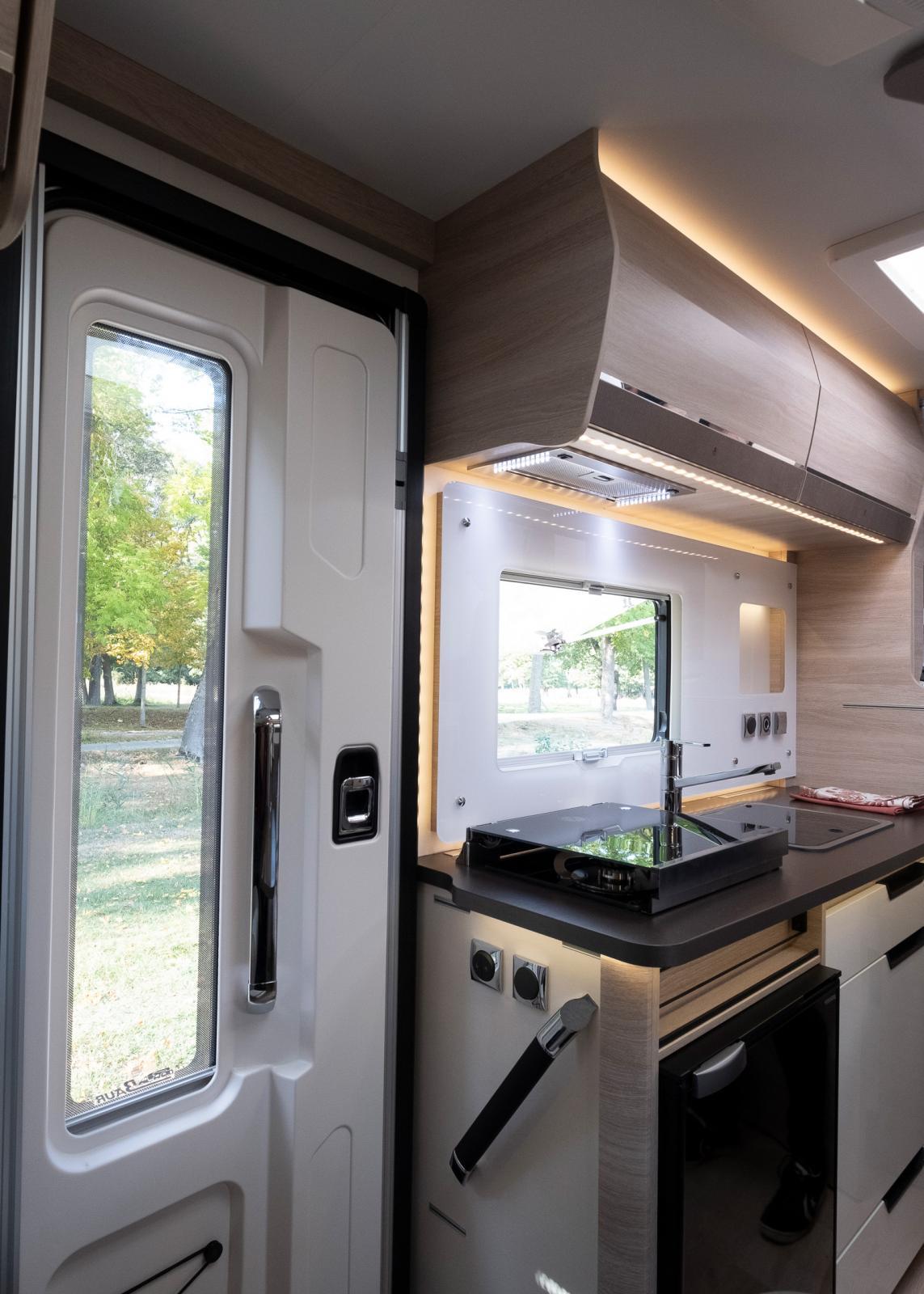 Entrén med ledstång och lysknappar och direkt access till köksdelen när det ska dukas under markisen.