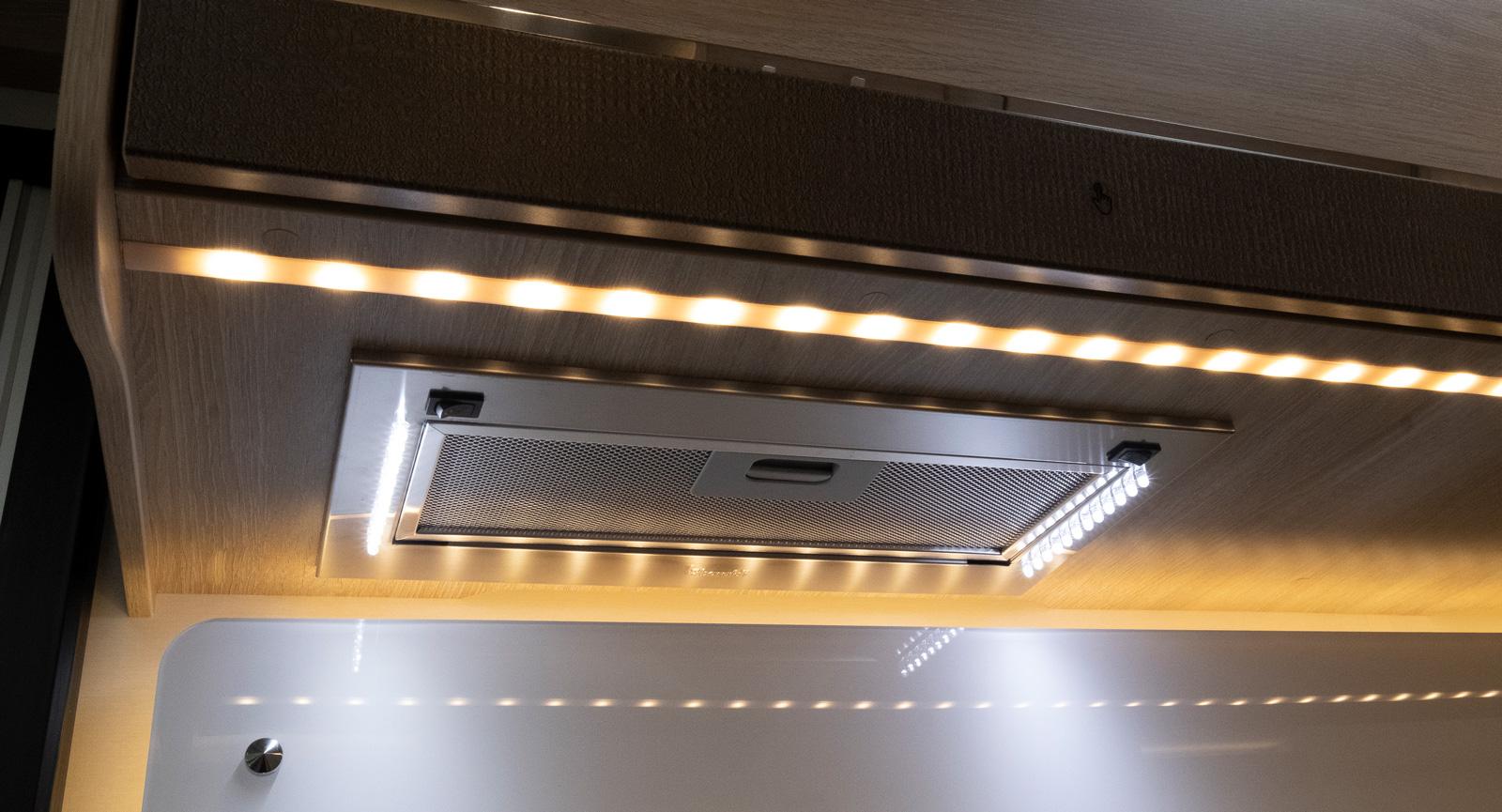 Köksbelysning med LED-slingor. Fläkt som tillval.