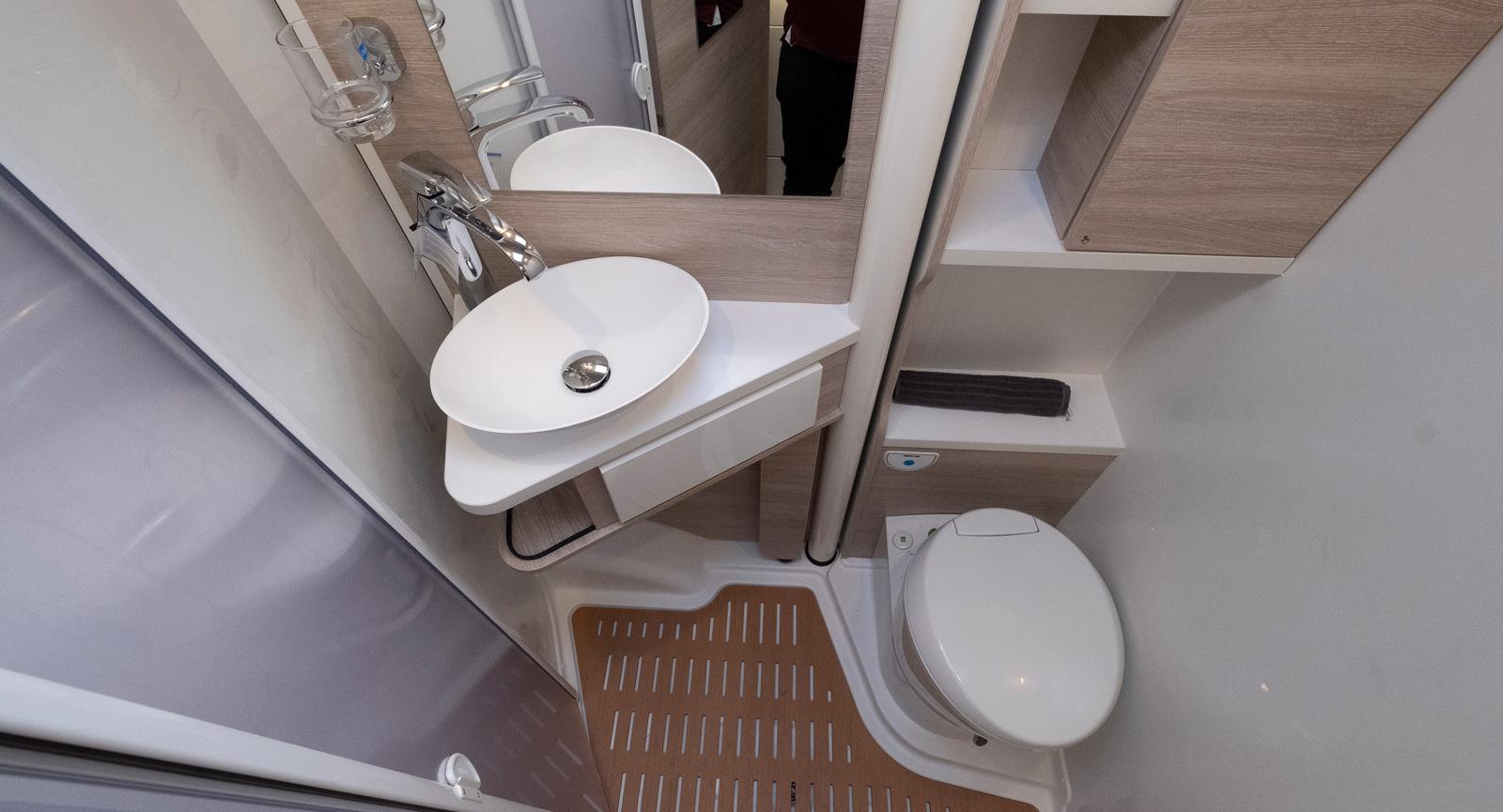 Badrummet är trevligt utformat och har låda under handfatet trots vikväggen.