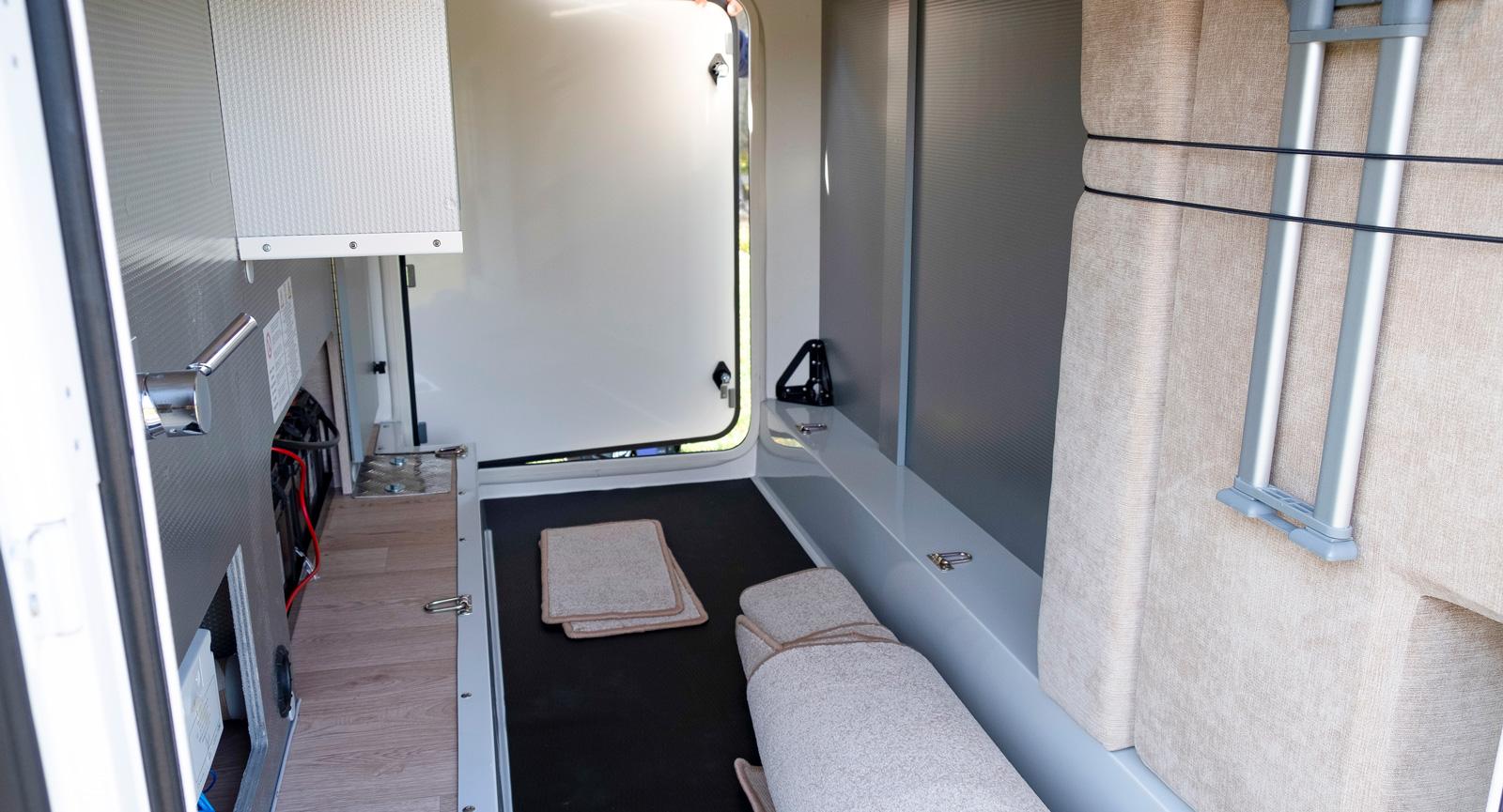 Garaget är smalt men har det mesta man kan önska i form  av belysning, vatten och lastöglor.