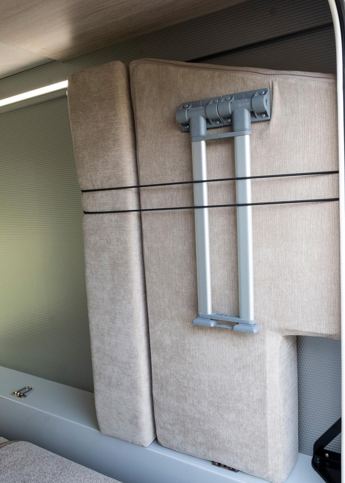 Garageförvaring av extradyna för bäddning.