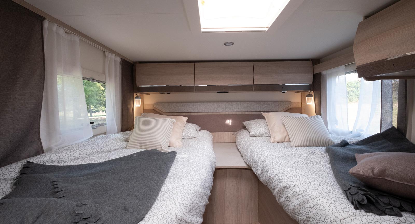 Höga långbäddar med möjlighet att bädda ihop mittenpartiet så man får en stor säng.