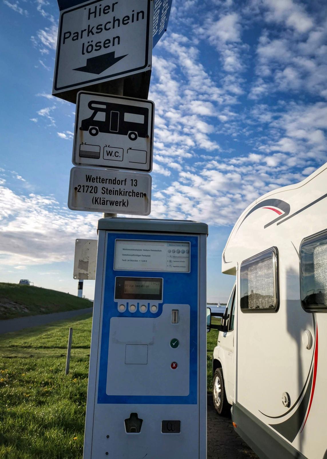 Parkeringsautomat för myntbetalning. Resor i Tyskland kräver gott om euromynt. Kortbetalningar och liknande är på uppgång.