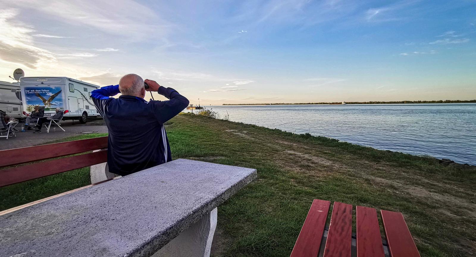 Skepp ohoj! En kikare är ett måste i var mans husbil. Särskilt vid färd längs Elbe.