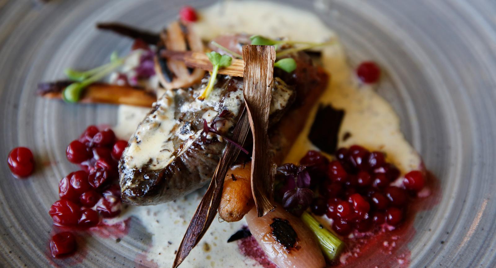 Middag på restaurang Lapporten. Potatispuré med renfilé och rotsaker.