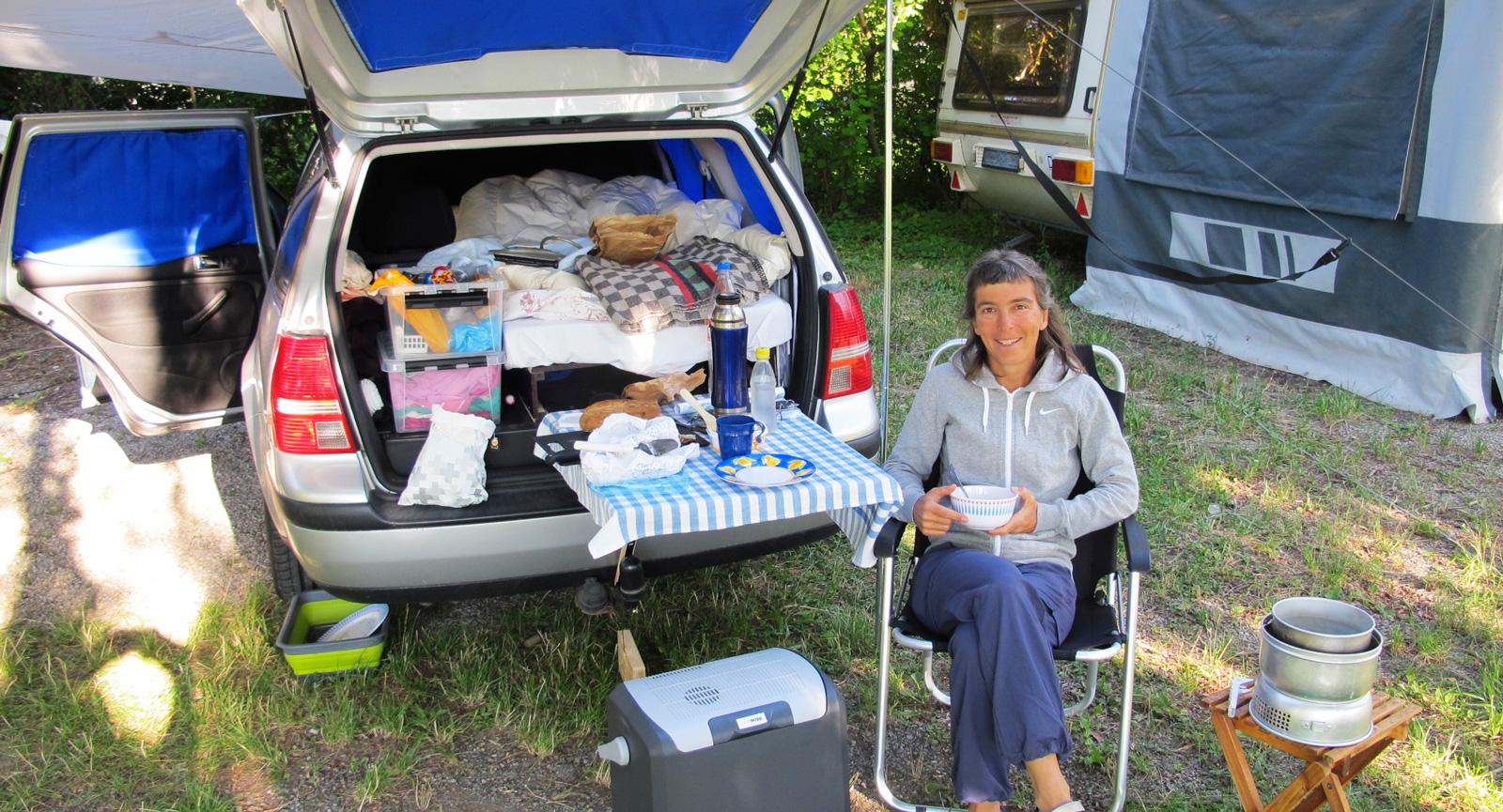 "Largagne i norra Frankrike med den VW Golf Variant som Anna hade innan ""Juni""."