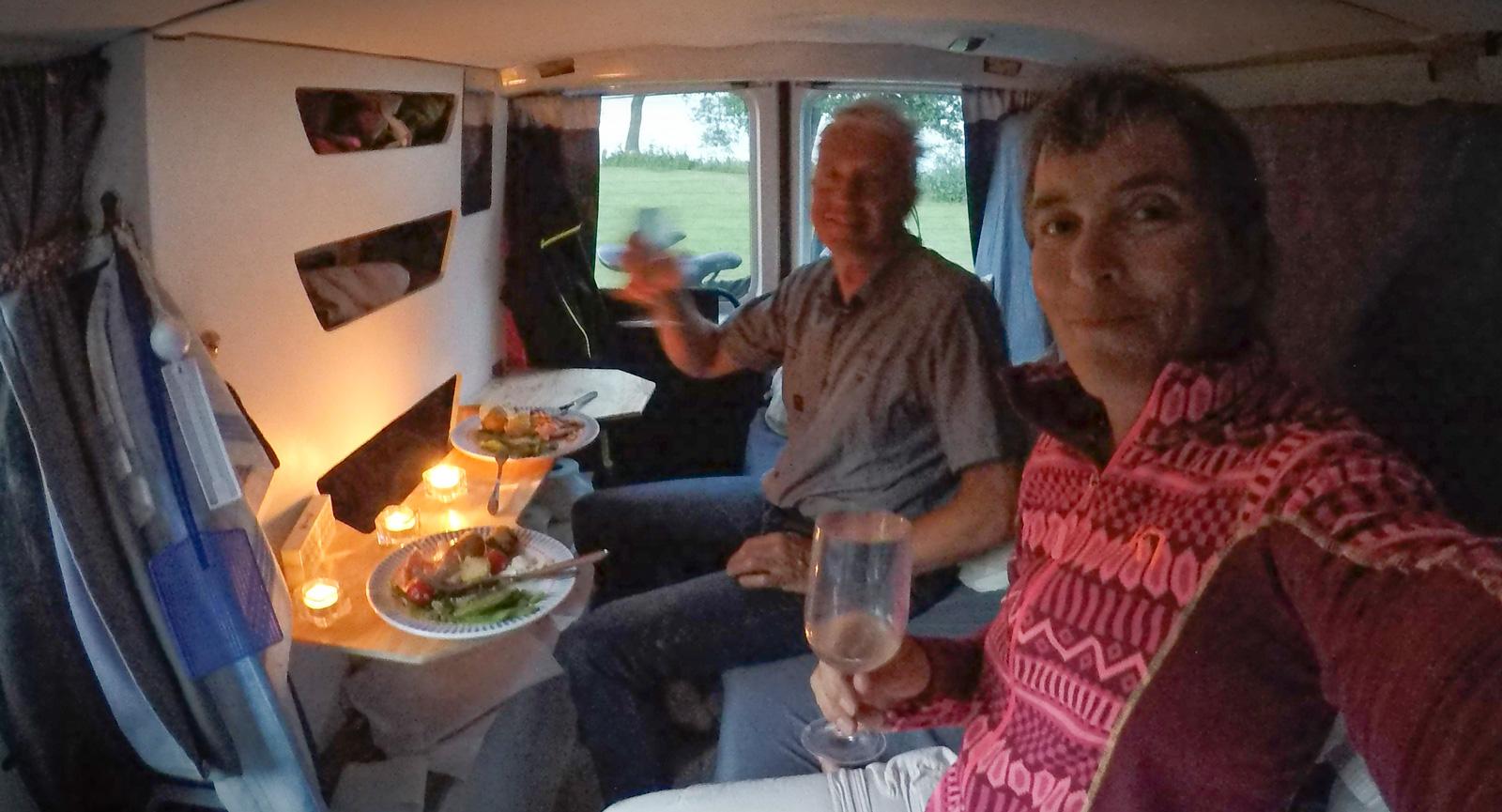 Med Kenneths vikbara bord funkar det fint att äta middag inne i den lilla husbilen.