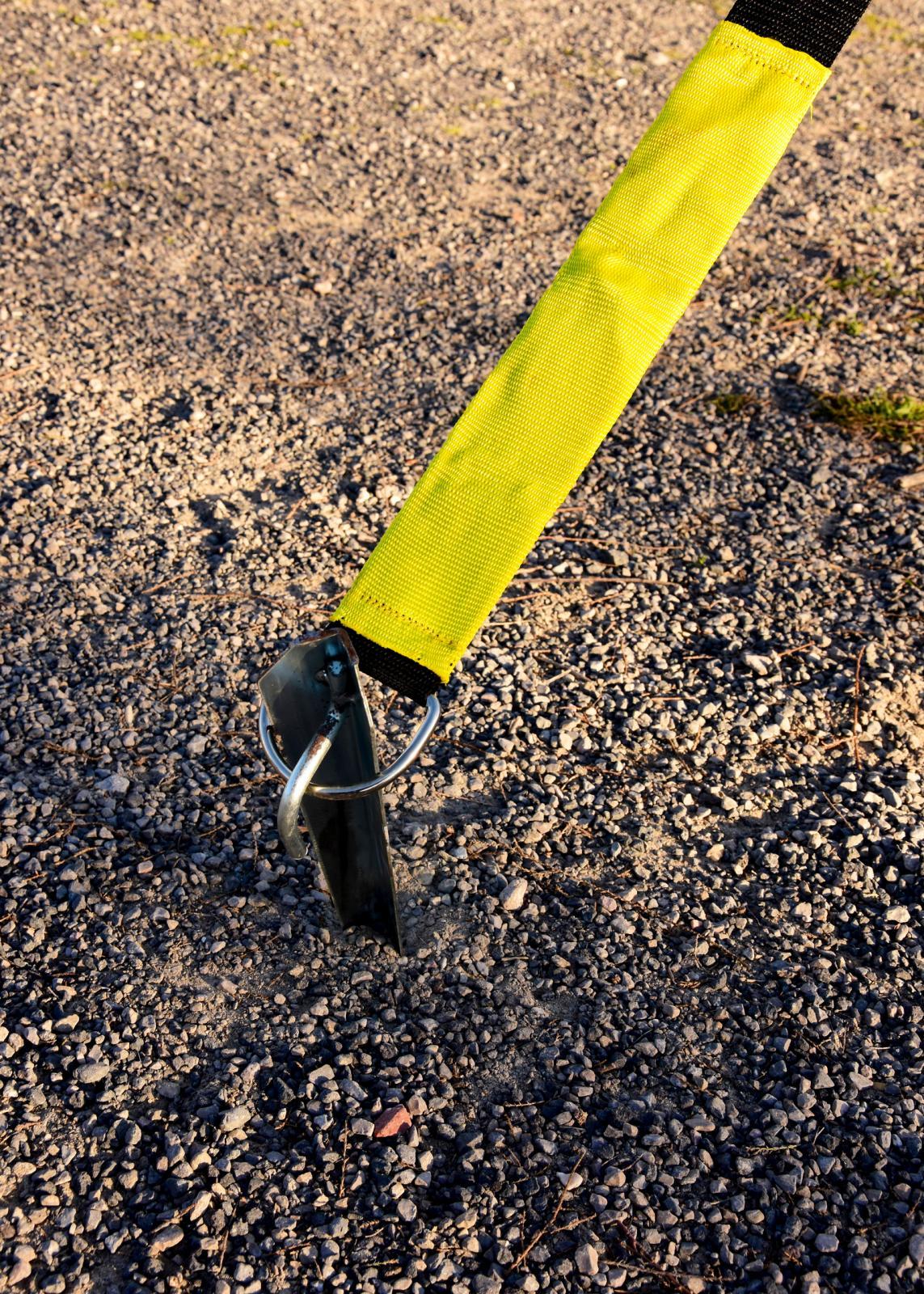 Här har vi även lagt ett stormsäkringsband över markisen, som fästs med en ännu kraftigare hörnpinne.