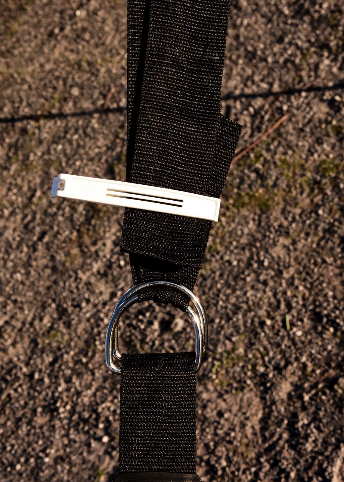Smattrande ändar av stormsäkringsband fixas enkelt med en påsklämma.