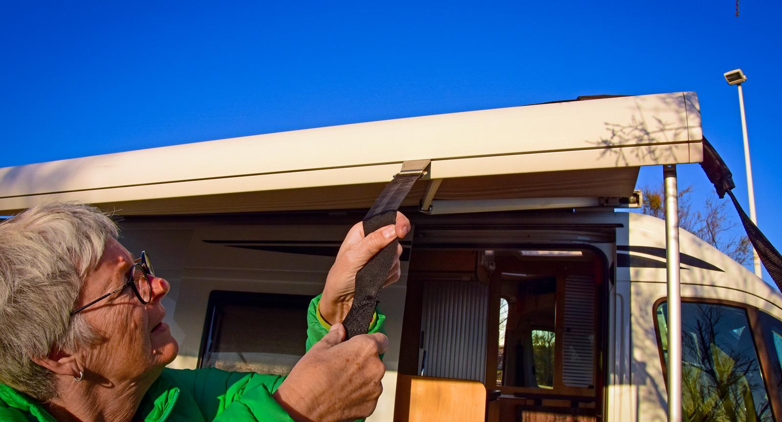 Det finns olika fabrikat av stormsäkringslinor. Den sort vi använder fäster vi i ett spår i markisen. På markiser till större husbilar finns ett extra mittstag som ger mer stadga i duken.