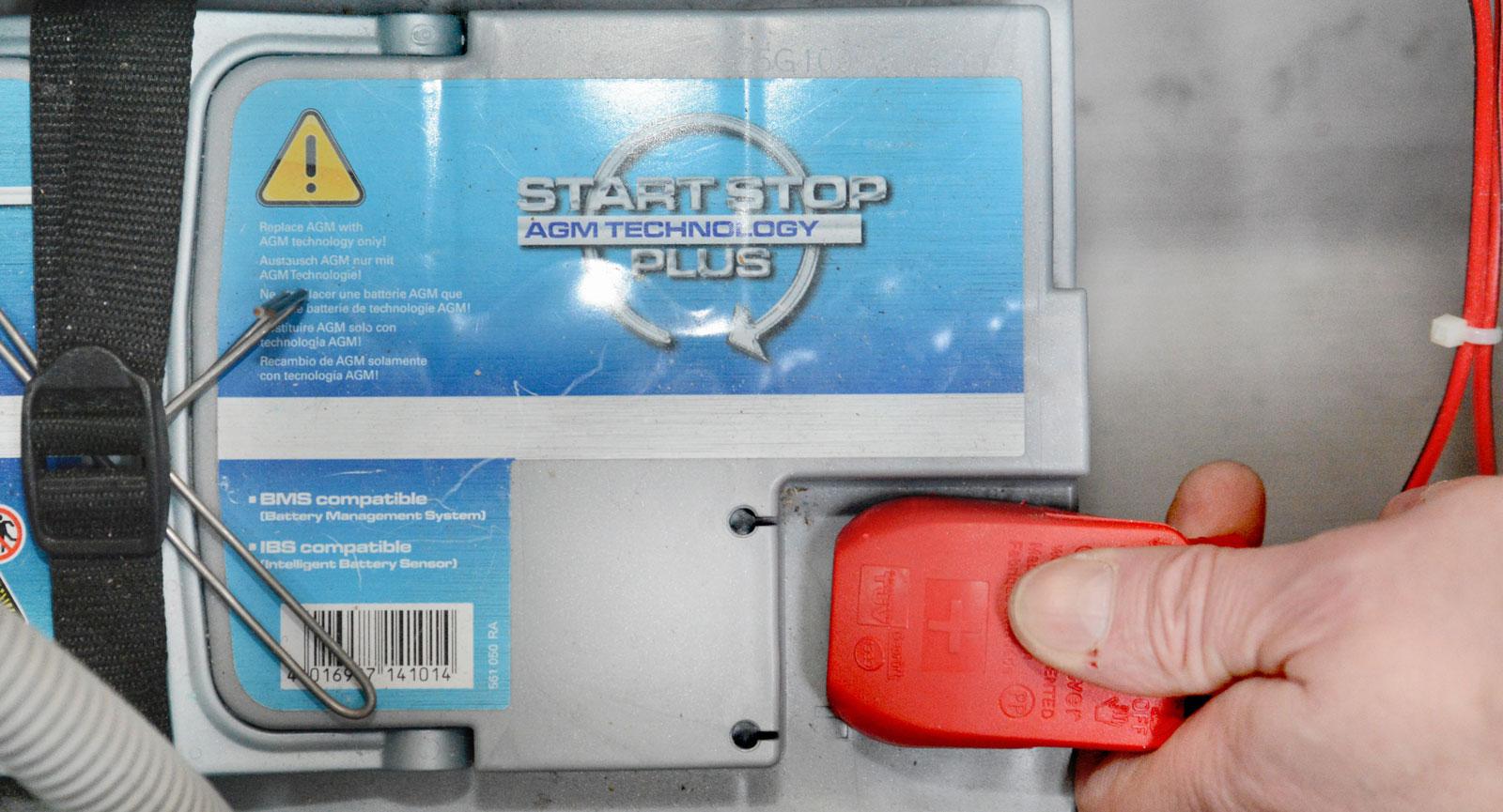 Koppla polerna på batterierna i bodelen och i motorrummet. Testa gärna batteristatusen med en batteritestare.