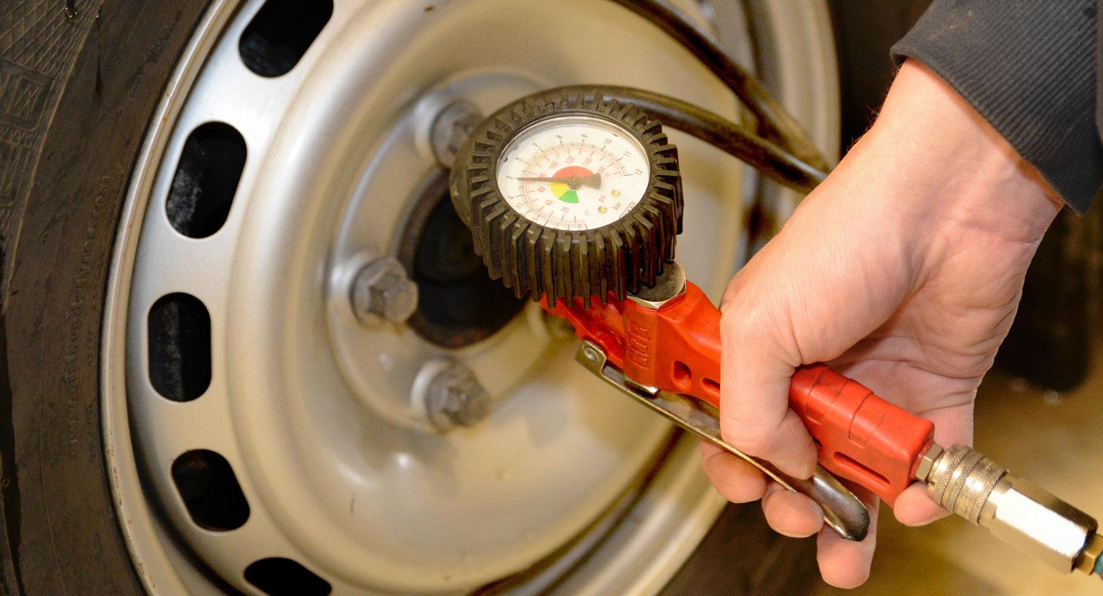 Mät lufttrycket i däcken och kontrollera mönsterdjupet.