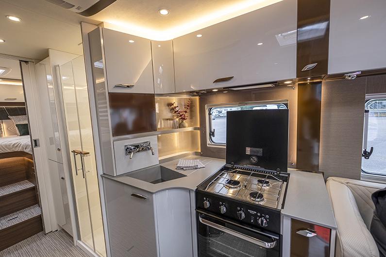 Köket är väl tilltaget och det finns gott om förvaring. Testbilen har en Thetford Triplex spis med ugn. Den finns som tillval i Sverige där en spis med två gasollågor och en el-platta är standard.