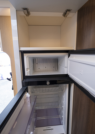 Dubbelhängt kylskåp som går att öppna år båda hållen.