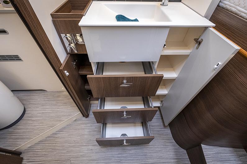I badrummet finns förvaring för mer än bara toasaker.