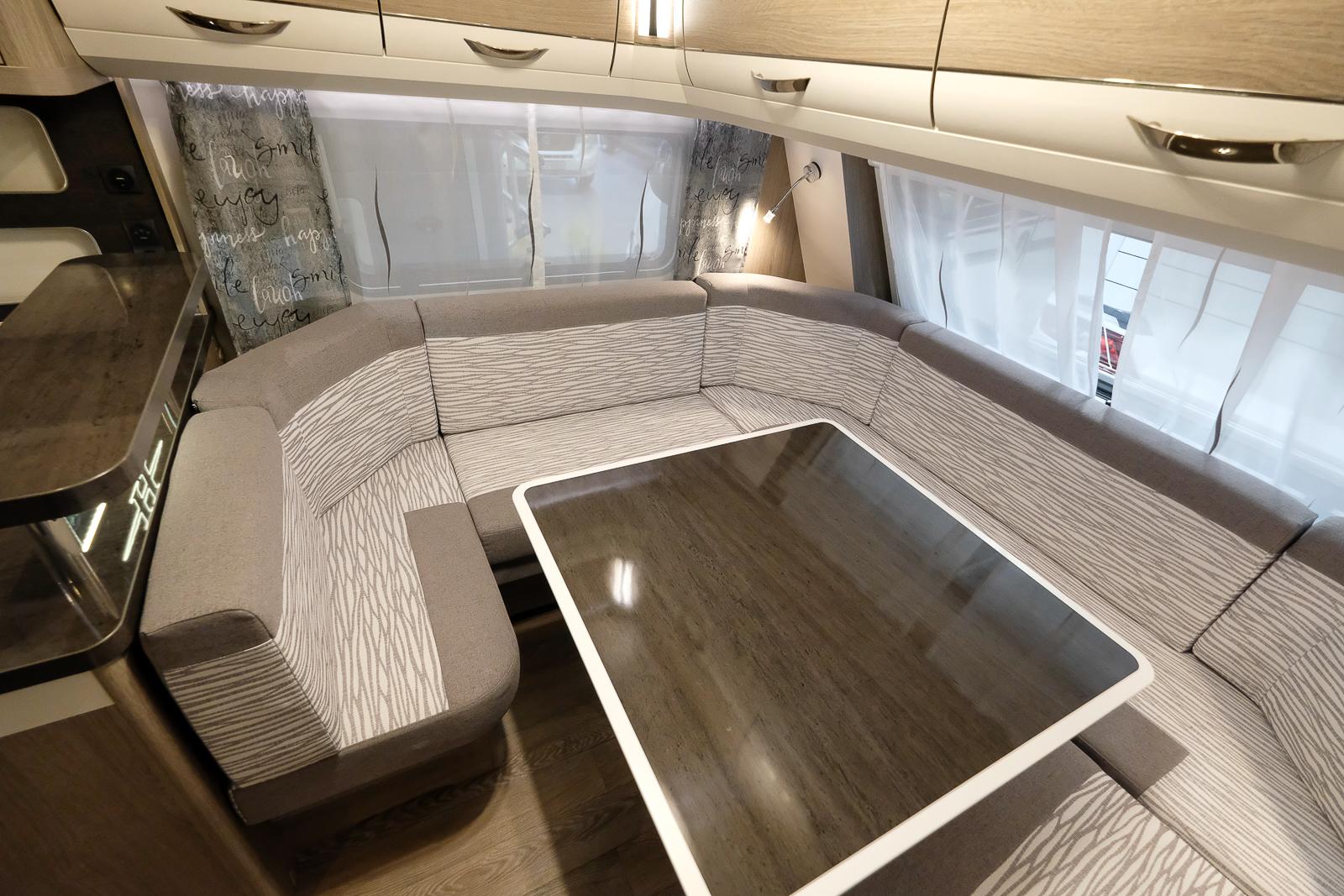 Den stora soffan går nästan i en hel cirkel och om bordet sänks ned blir det en enorm gästsäng på 223 x 200 cm.