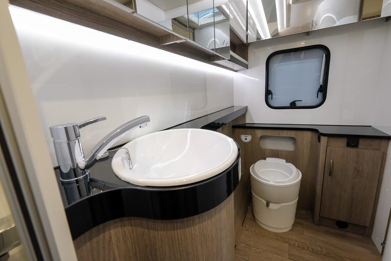 Ett stort badrum i husvagnens hela bredd ger spatiösa utrymmen. Stor duschkabin, badrumsfönster och gott om förvaring.