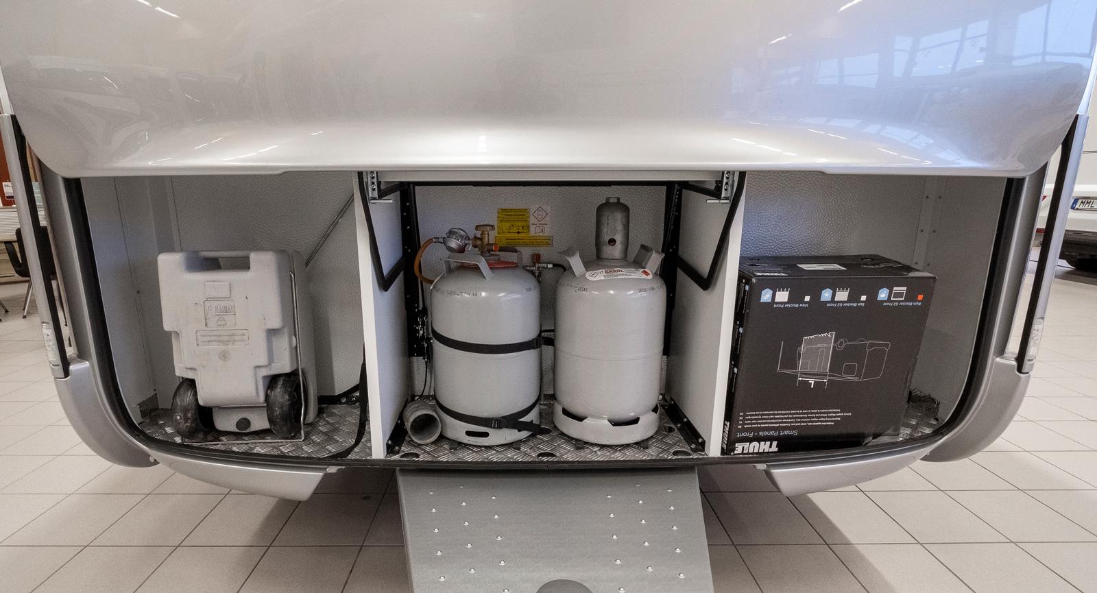 Gasolfacket är snyggt integrerat i fronten och här finns även plats för gråvattentanken.