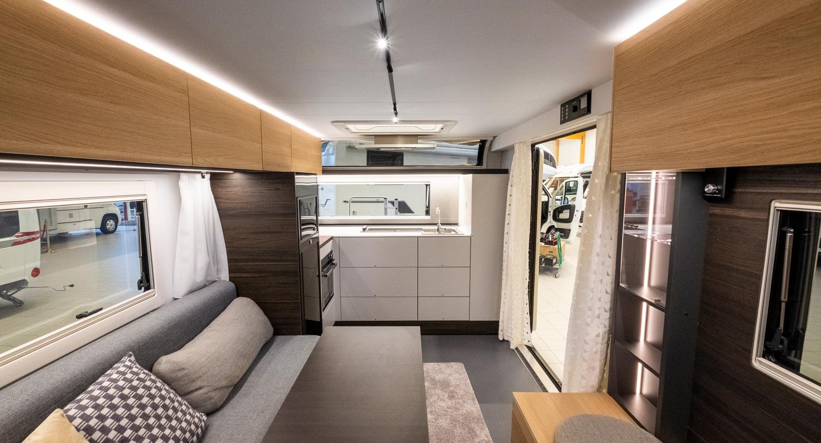 Utsikt framåt i vagnen visar hur luftigt och trevligt det ser ut med den stora framdörren och frontkök i kombination.