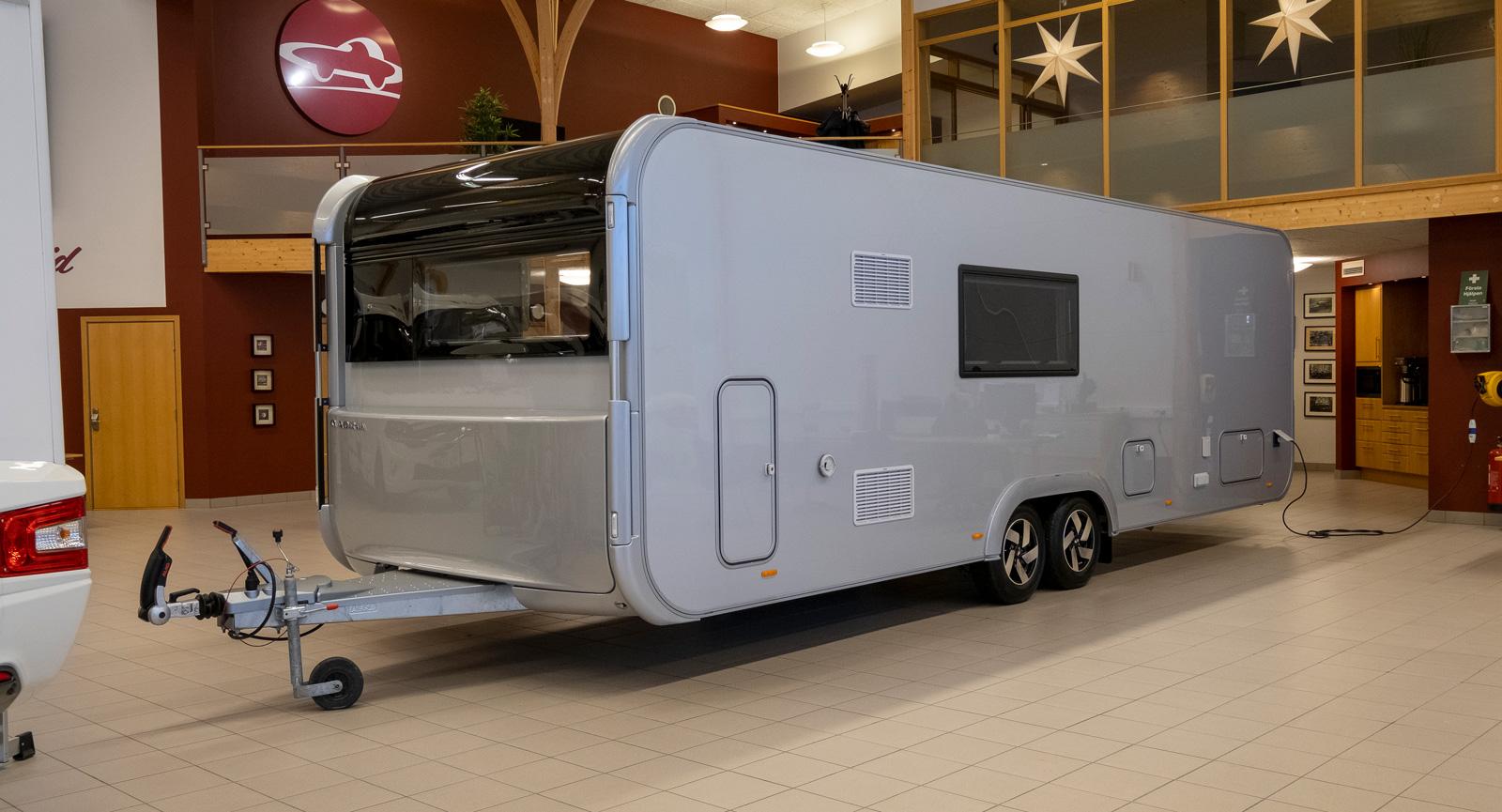 Vänstersidan av vagnen ser också modern ut även om den bara har ett svart fönster. Front utan gasolkoffert utanpå. Gasolen finns bakom luckan.