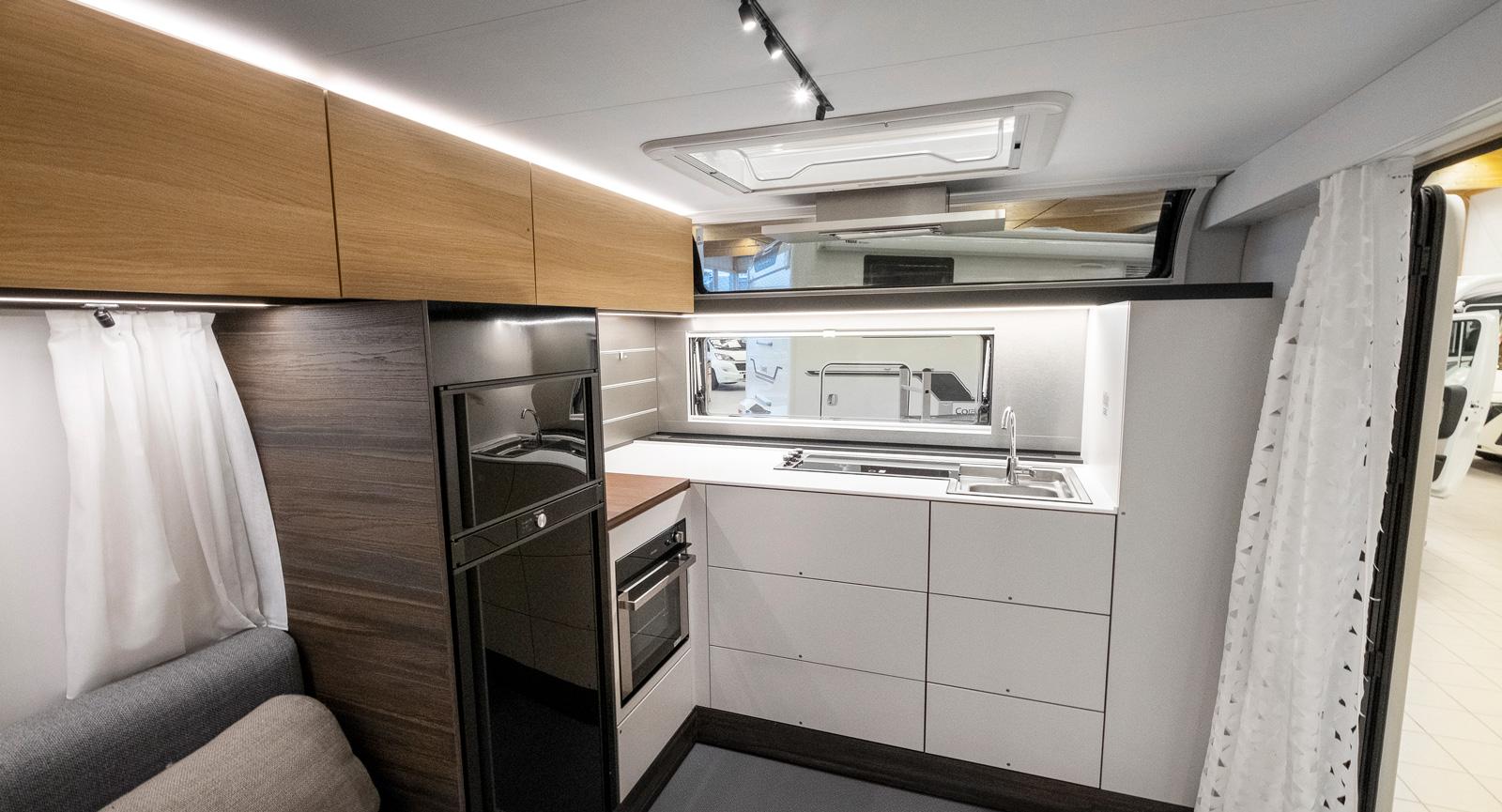 Frontkök är kockens dröm. Lätt att nå från förtältet och skönt ljusinsläpp eller utsikt från fönster och takfönster.