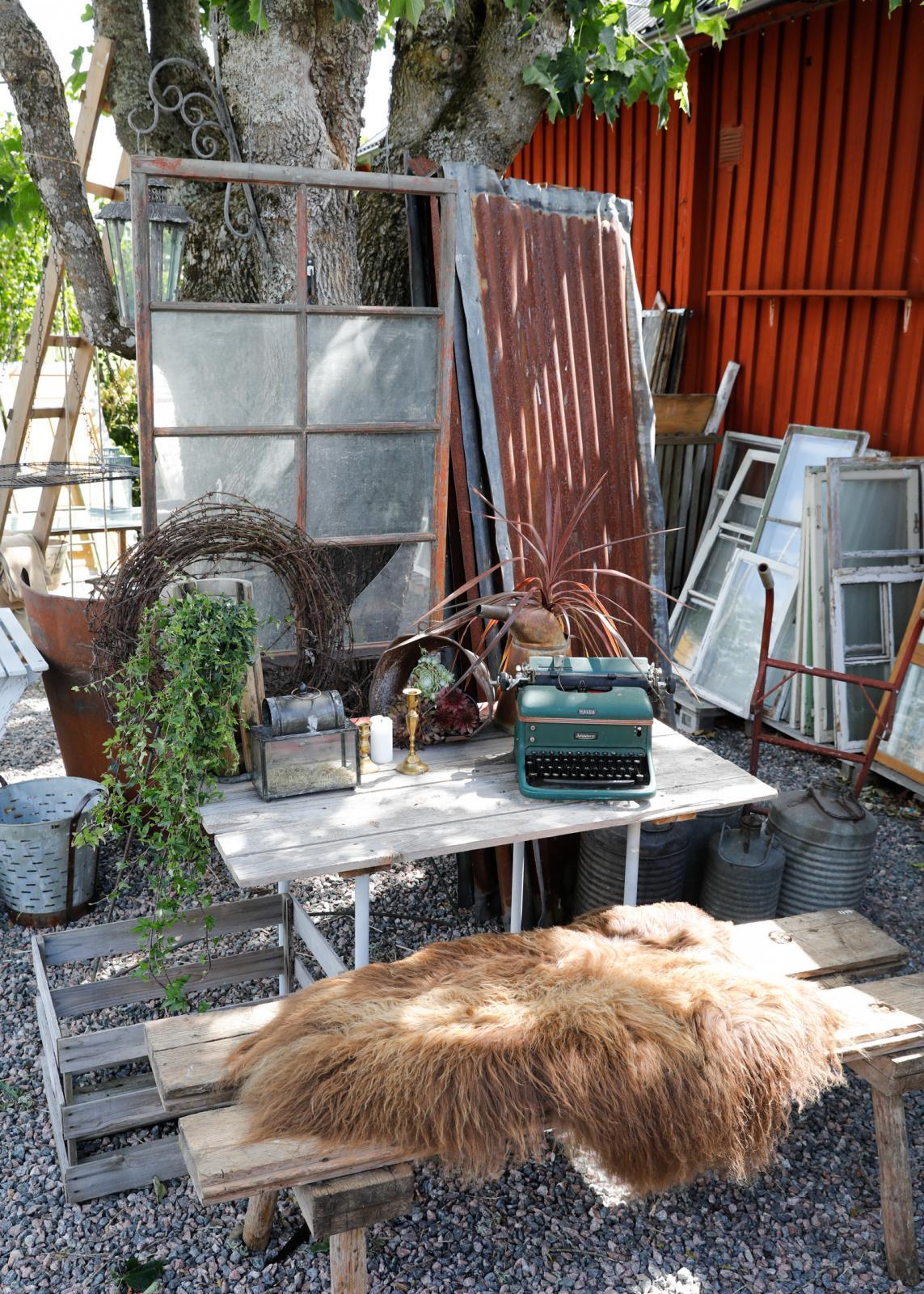 Mysiga inspirerande miljöer i trädgården vid Stugan vid Vägen i Tystberga.