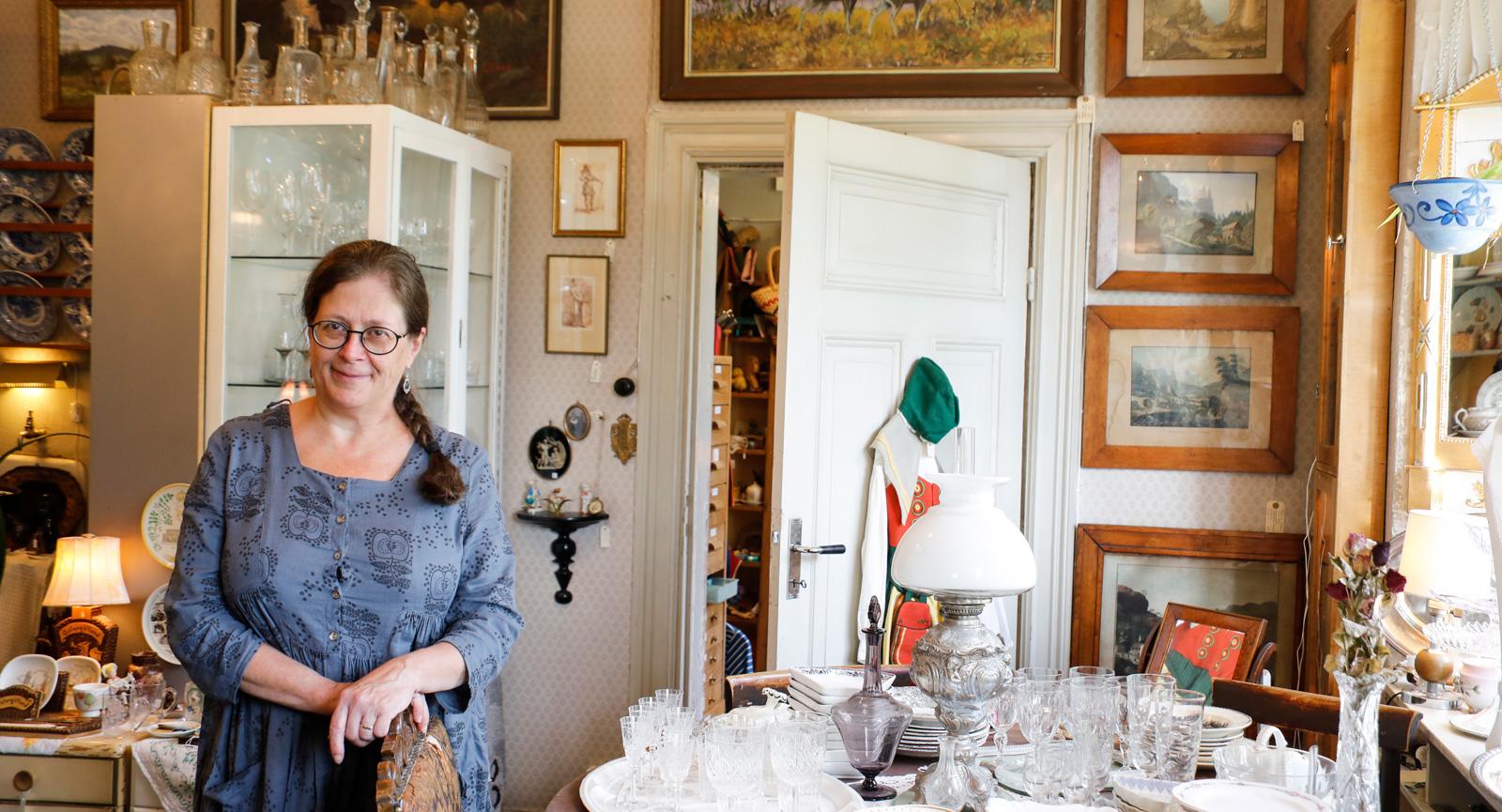Karin Cassel driver QeptasAntika i Österbybruks gamla brukskontor.