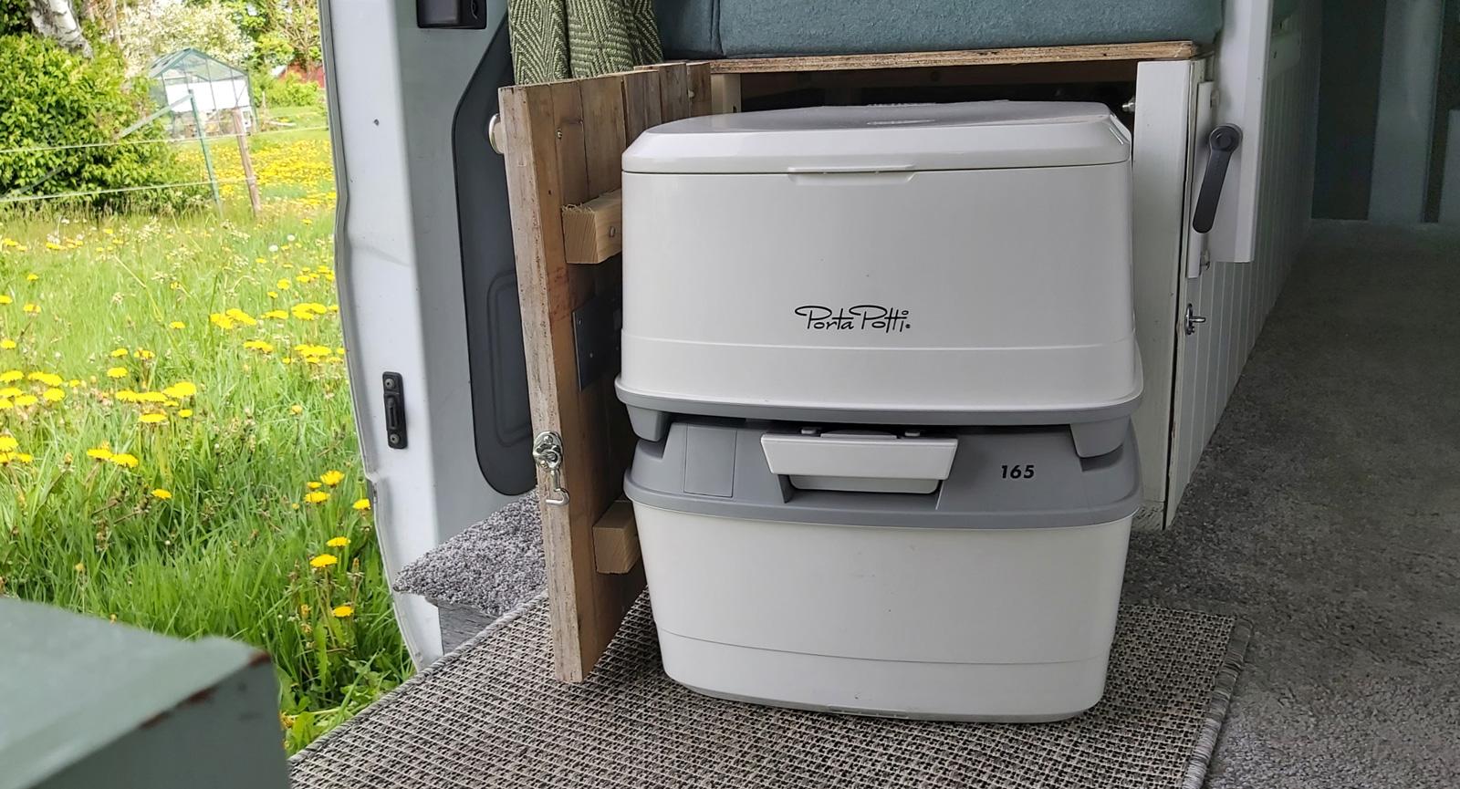 Ena soffans gavel har en lucka där en toalett enkelt kan stuvas undan.