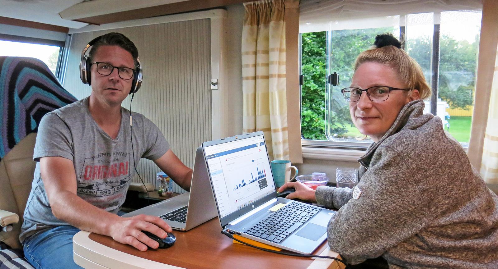 Dan kopplar gärna av genom att skapa elektronisk musik, medan Jeanette föredrar att blogga.