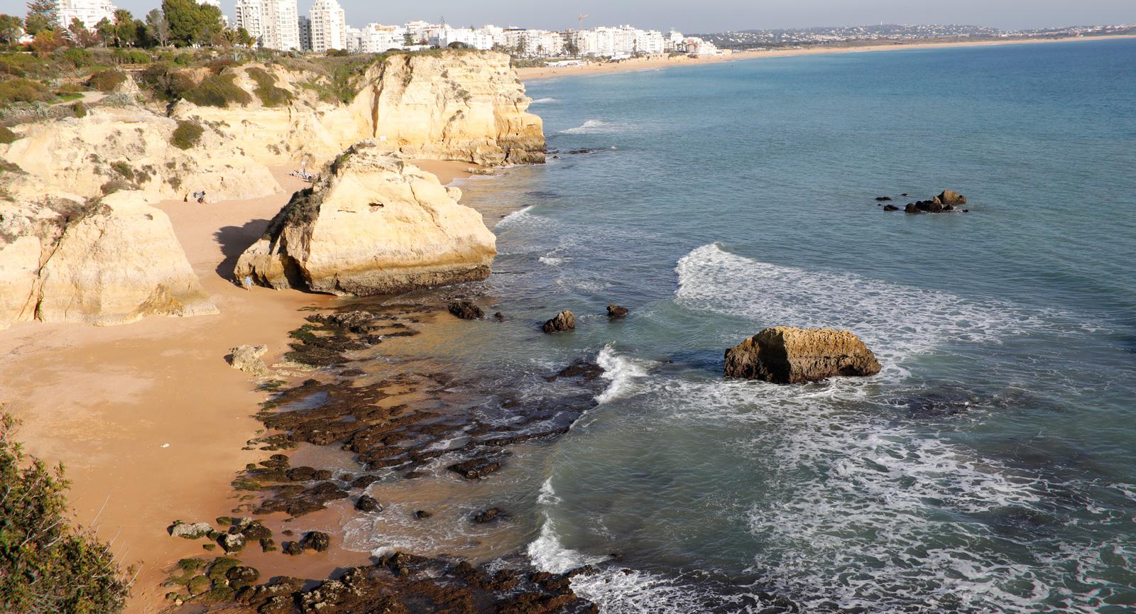 Mäktiga stigar längs Algarvekustens härliga strandlinje.