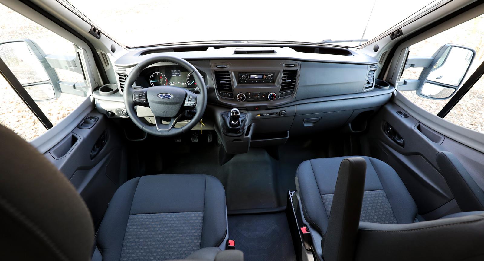 Ford Transits nya förarmiljö är enkel men bekväm. Det är viktigt för här spenderar man rätt mycket tid under färd.