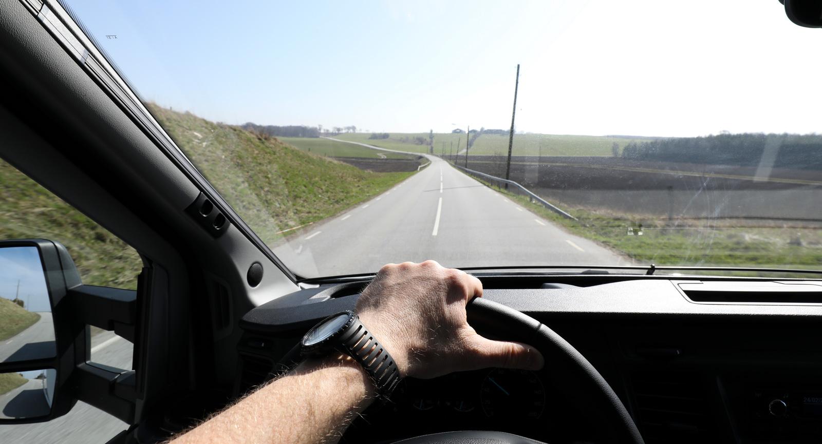 Bilen ligger stabilt på vägen och sikten är god.
