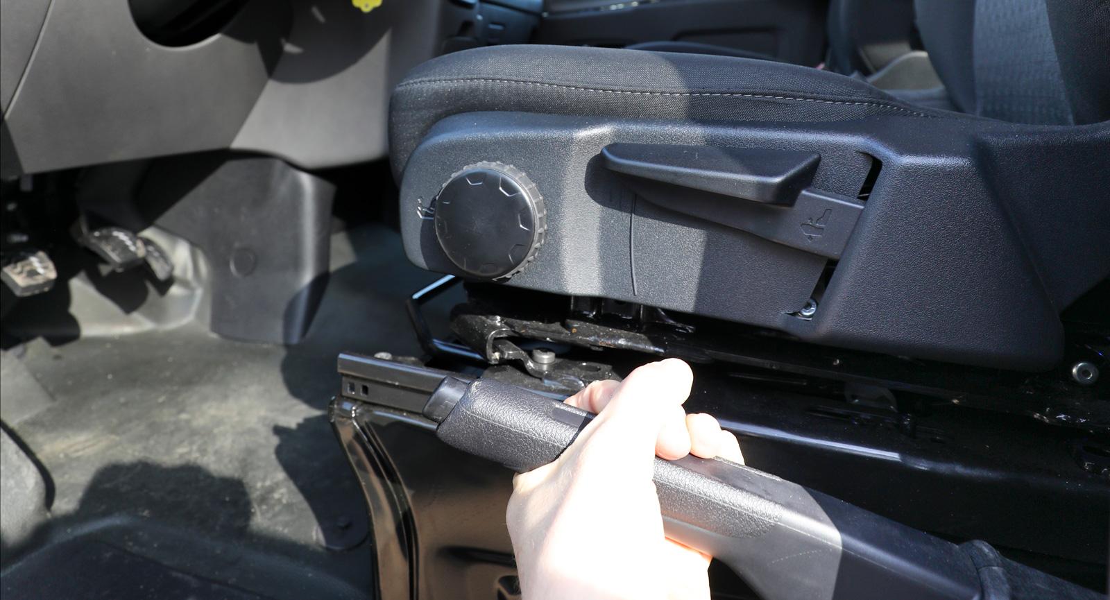 Parkeringsbromsen är inte i vägen när man vill vända förarstolen då den sitter lågt.