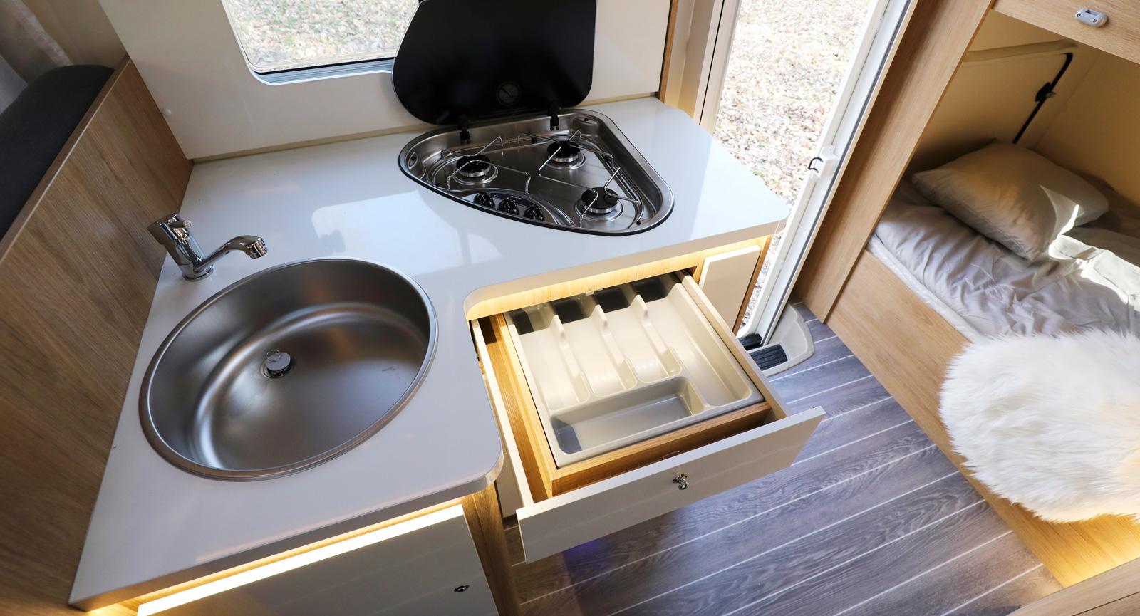 Spisglaset kan fällas ned för mer arbets- och avställningsyta.