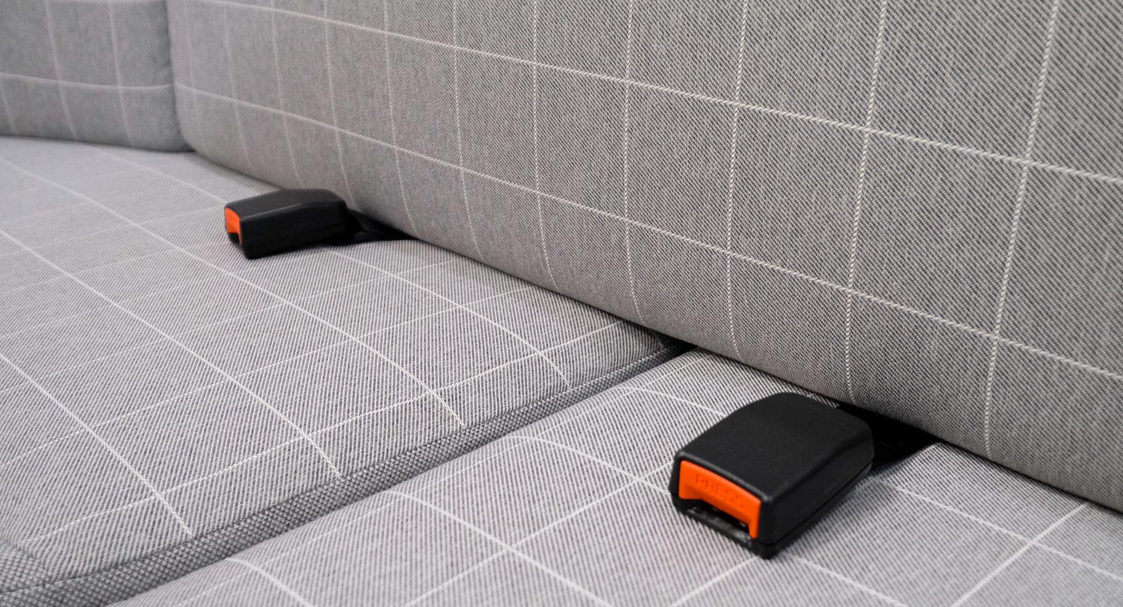 Två bältade platser med nackstöd längst bak i U-soffan. Bäst lämpade som reservplatser i tvåmans bil.