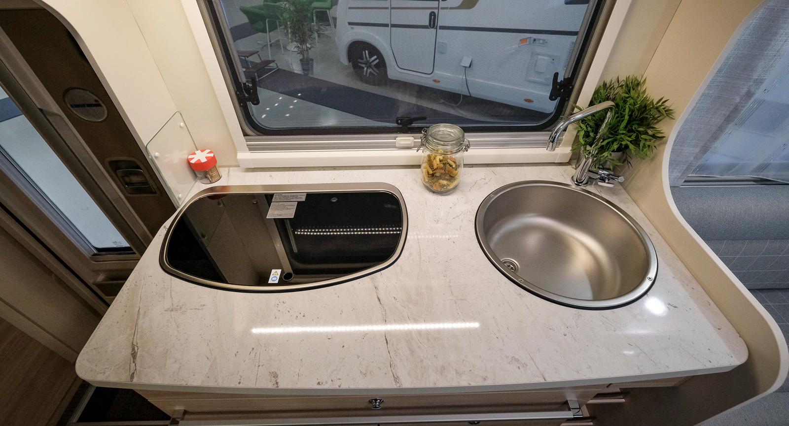 Kompakt men bra utformat kök med smart lådsystem. Trelågig spis och djup diskho med hög vattenkran. Godkänd arbetsyta.