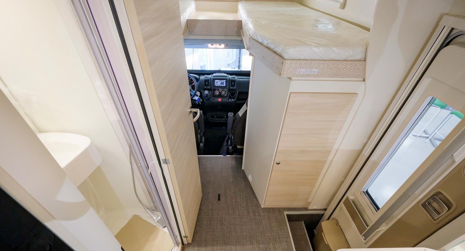 Från entrén når man enkelt en garderob lämplig för ytterplagg. Även köket är lätt att nå när det ska dukas under markisen.
