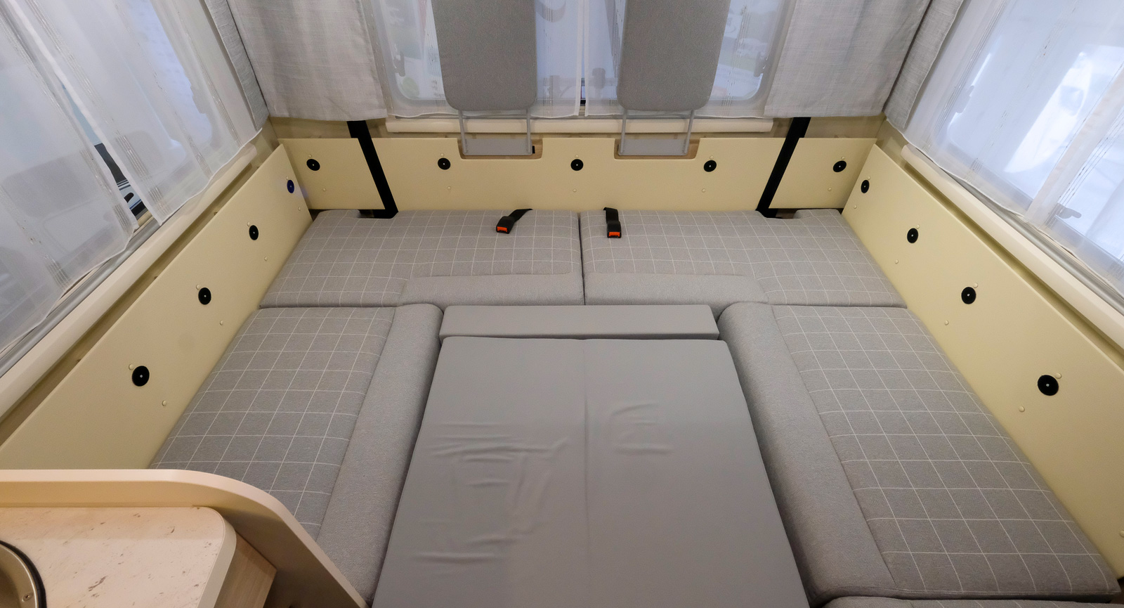 U-soffan kan förutom att användas som vilsoffa även bäddas till en stor gästsäng när bordet fälls ner och kuddar läggs ut.