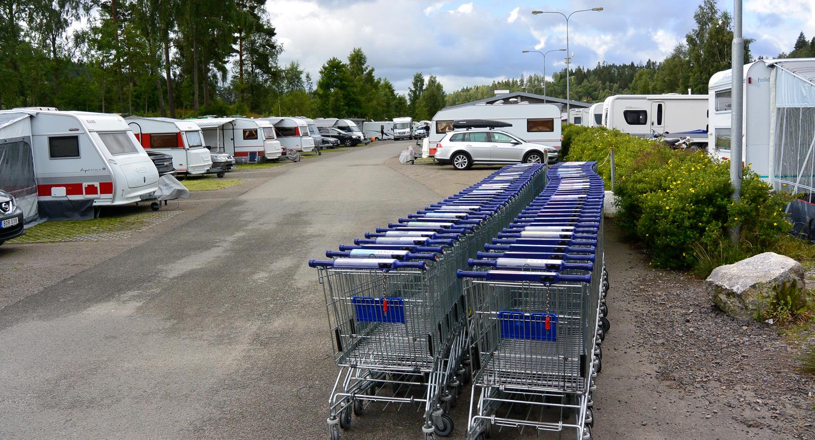 Många gillar att åka till shoppingområden med sin husbil. Stora parkeringar underlättar. På Gekås Ullared finns både camping och ställplats.
