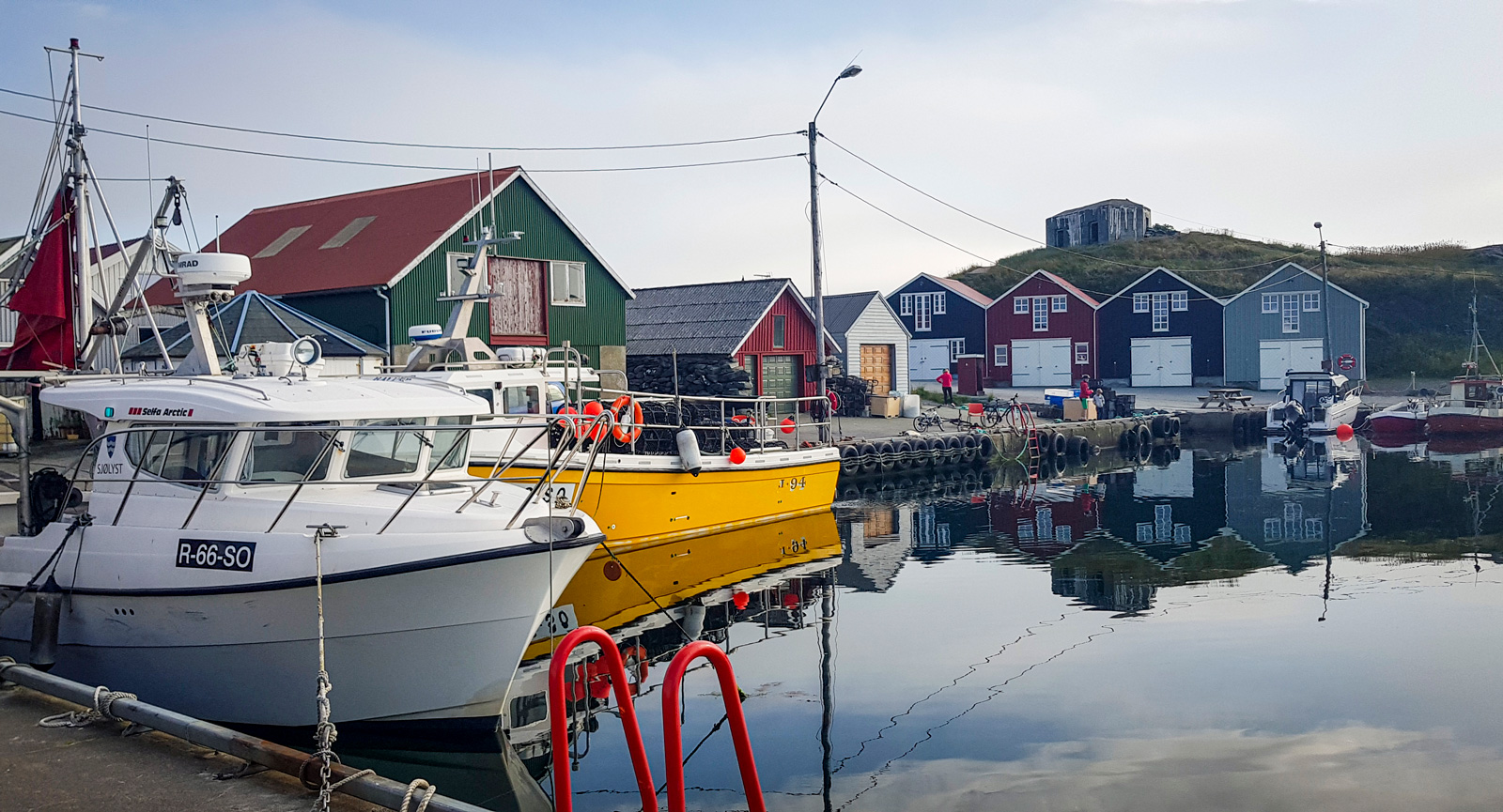 Pittoreskt fiskehamn i Ølberg. Fisk och skaldjur är garanterat färska!