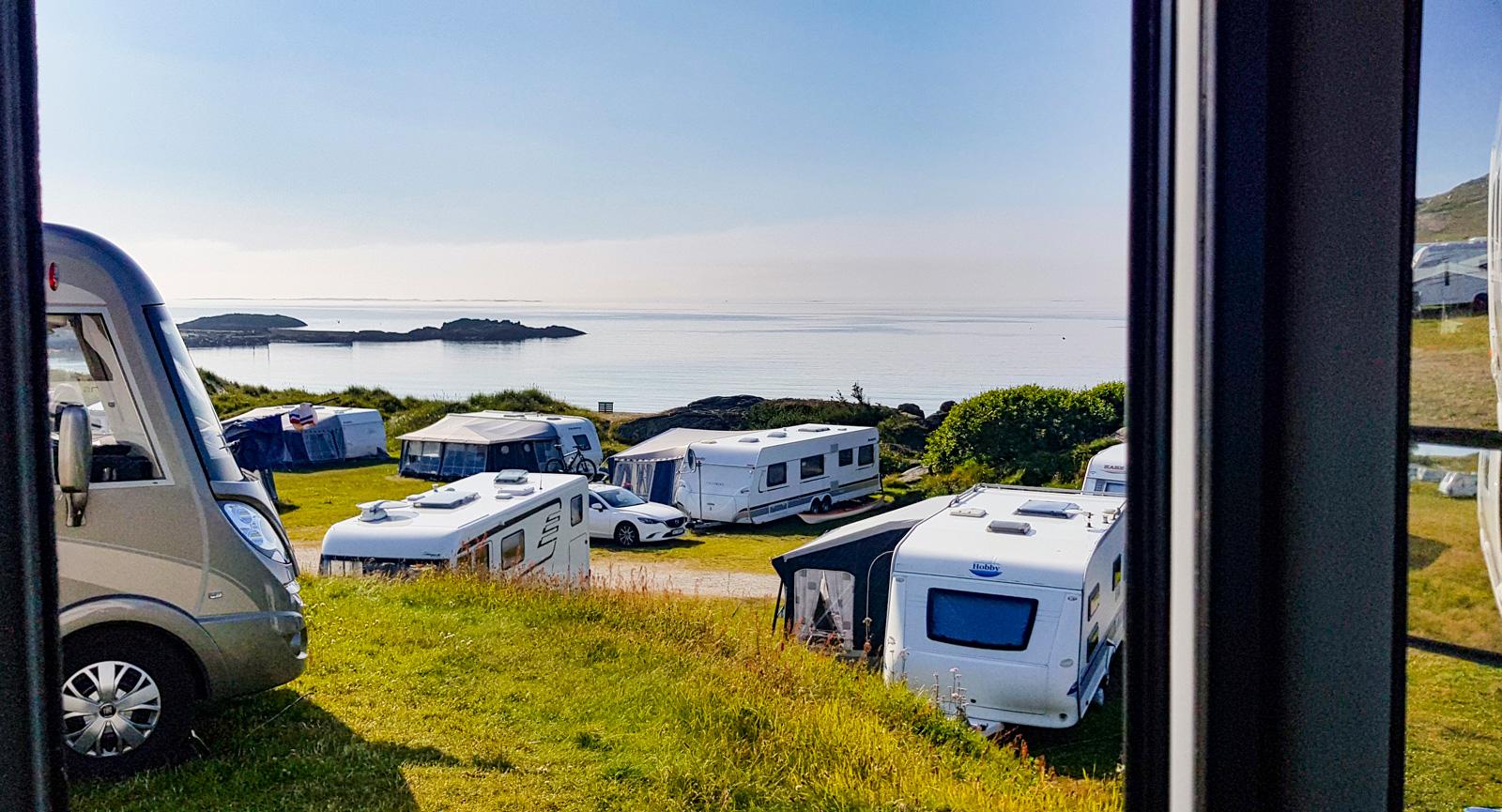 Trots att vi anländer sent på eftermiddagen till Ølberg Camping fick vi en plats med härlig havsutsikt.