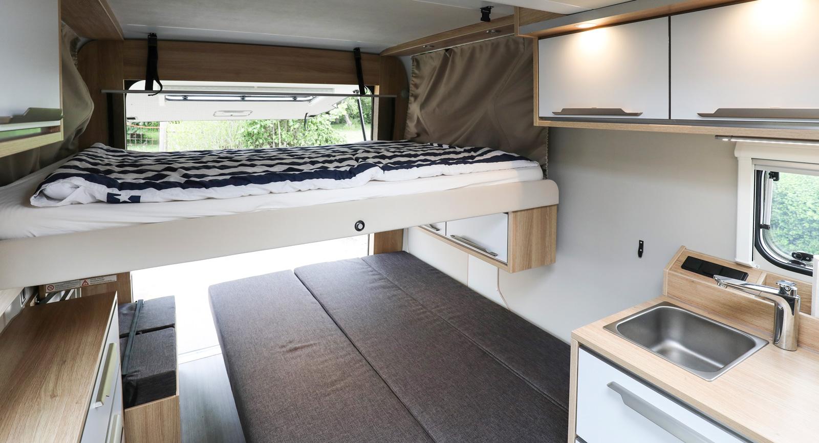 Den takmonterade sängen fälls enkelt ner till ytterligare en dubbelsäng.