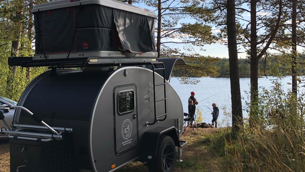 Med en minihusvagn blir semestern extremt flexibel och man kan enkelt ta sig runt och uppleva Värmland. Husvagnen kan hyras från Värmland Camper och fästas på din egen bil med dragkrok.
